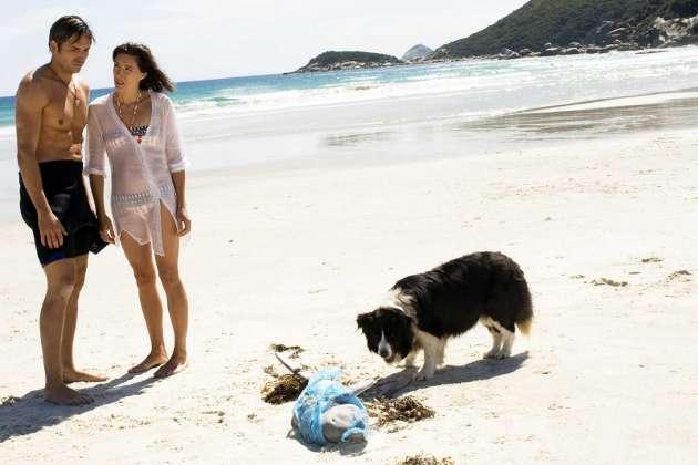 Jim Caviezel ja Claudia Karvan elokuvassa Long Weekend.