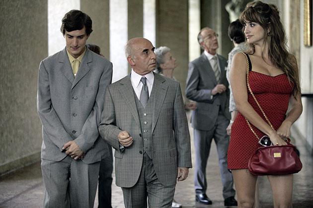 Alessandro Tiberi (vas.) ja Penelope Cruz ovat yhden To Rome with Loven tarinoista pääosissa.