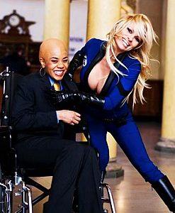 Regina Hall ja Pamela Anderson.