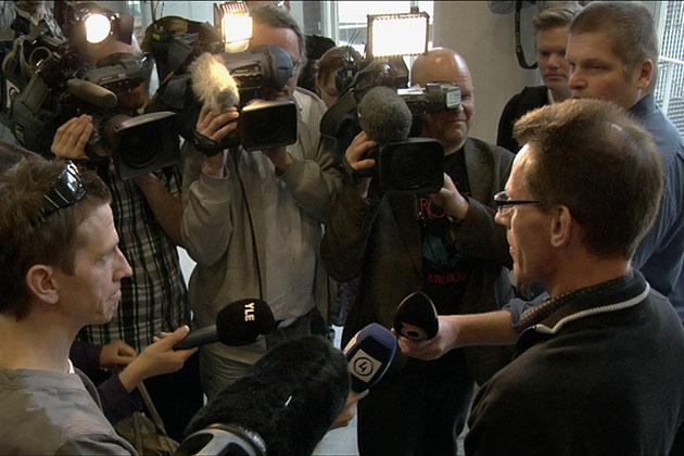 Kari-Pekka Kyrö toimittajien ympäröimänä