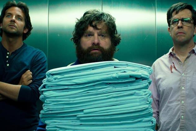 Bradley Cooper, Zach Galifianakis ja Ed Helms hississä