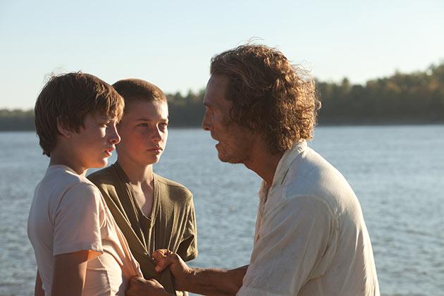 Matthew McConaughey ja Tye Sheridan sekä Jacob Lofland
