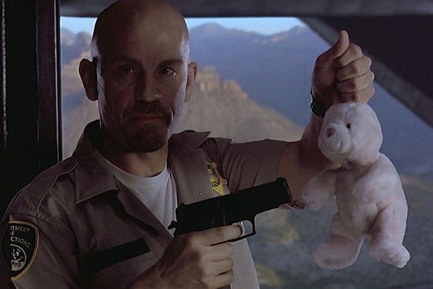 Väärä kippari Cyrus The Virus elokuvassa Con Air.