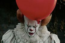 Pennywise (Bill Skarsgård) elokuvassa Se.
