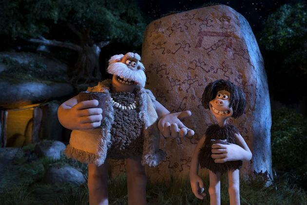 Päällikkö Boris (Timothy Spall) ja Tuk (Eddie Redmayne)
