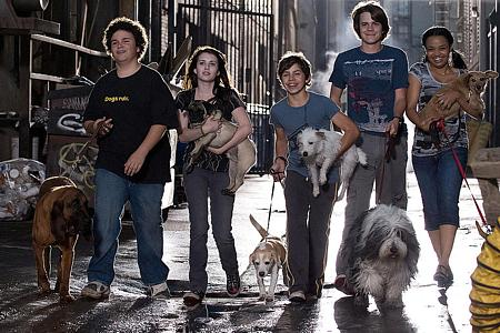 Viisi kaverusta koirineen: Troy Gentile, Emma Roberts, Jake T. Austin, Johnny Simmons ja Kyla Pratt