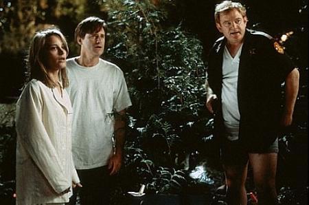 Bridget Fonda, Bill Pullman ja Brendan Gleeson yllätetään housut kintuissa...
