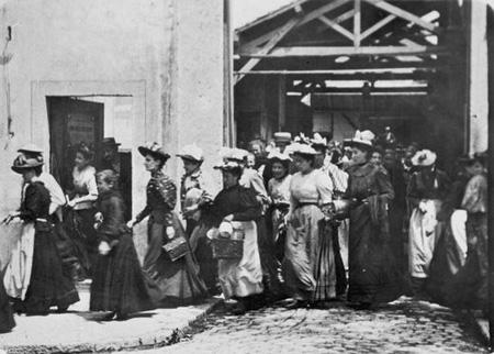 Kuva Lumiéren veljesten elokuvasta Työläiset lähtevät tehtaasta (1895)