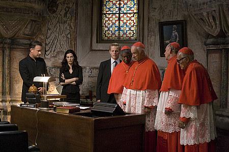 Ayelet Zurer ja Tom Hanks näyttävät kardinaaleille videoita