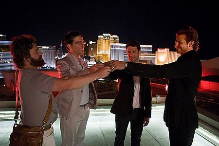 Alan (Zach Galifianakis), Stu (Ed Helms), Doug (Justin Bartha) ja Phil (Bradley Cooper) kun ilta oli vasta alussa.