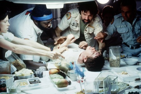 Kuuluisa ruokapöytäkohtaus, keskellä John Hurt