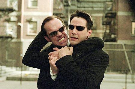 Hugo Weaving ja Keanu Reeves ottavat miehestä mittaa