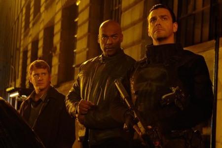 Tuomaria jahtaava poliisiyksikkö (Dash Mihok, Colin Salmon) ja itse Tuomari (Ray Stevenson)