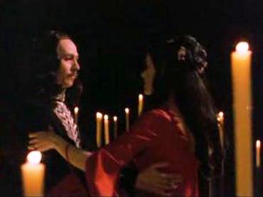 Dracula ja Mina tanssivat kynttilöiden keskellä.