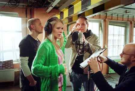 Päänäyttelijät, ohjaaja Dome Karukoski ja käsikirjoittaja Pekko Pesonen elokuvan kuvauksissa
