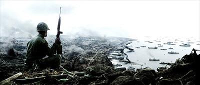 Taistelun jälkeen savuava Iwo Jima.