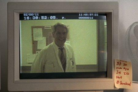 Monitorissa pyörii TV-sarja Valtakunnan (eräänlainen tanskalainen Twin Peaks) kohtaus.