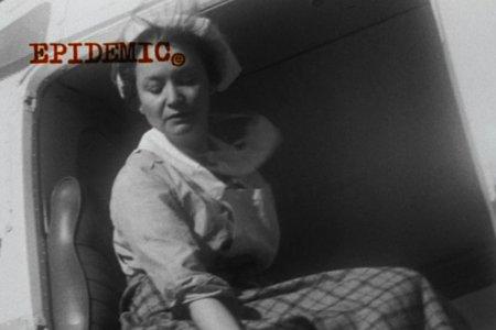 Kohtaus Epidemicista (1987), jossa rutto kalvaa maailmaa. von Trier esittää pyyteetöntä lääkäriä