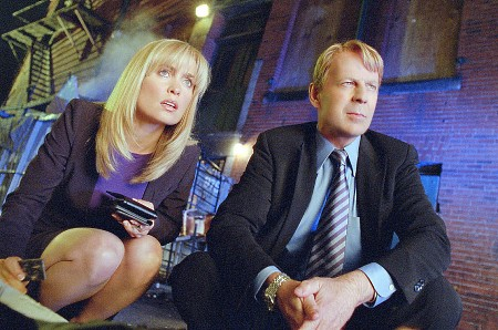 Radha Mitchellin ja Bruce Willisin sijaisrobotit ratkovat rikosta