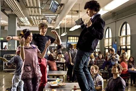 Tanssi-ilottelua ruokalassa