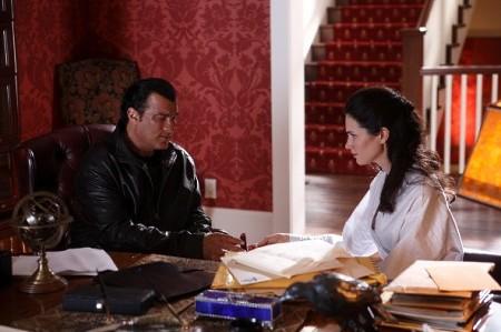 Ruslan (Seagal) opastaa tytärtään (Mennell)