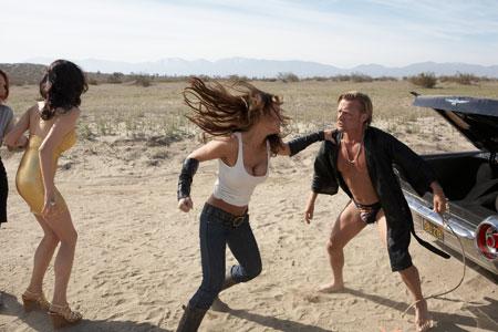 Camero (America Olivo) vetää äijää (Michael Hurst) lättyyn.
