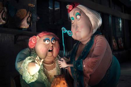 Miss Spink ja Forcible vastaavat elokuvan huumorista.