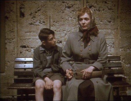 Philip nuorena äitinsä kanssa