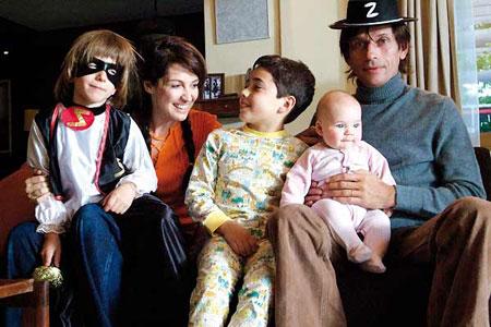 Duvalin perhe onnellisena.