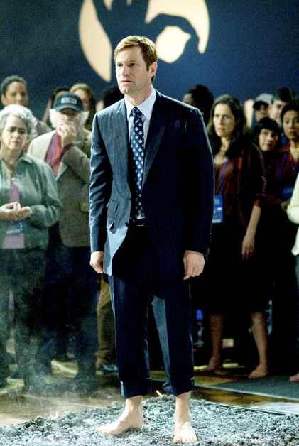 Aaron Eckhart esittää suruaan piilottelevaa Burkea.