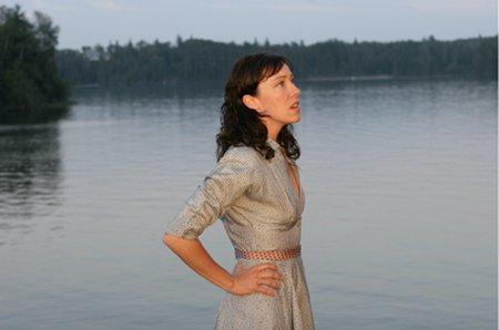 Molly Parker esittää kahden miehen välissä tasapainoilevaa Maggieta.